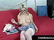 Младо момиче колеж Кристи Ан с голям показва гърдите си обръсна путка скрити под карирана пола