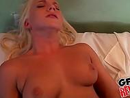 Joyeux anniversaire pour sexy blonde babe parce que le cameraman de cadeaux pour son plus grand sexe au lit