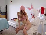 Хитрый чувак в костюме пасхального кролика ебёт сексуальную сводную сестру и её игривую подругу