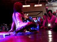 Умелая брюнетка стриптизьорка показва я изпепеляващата страст чрез енергичен танц