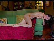 Fată frumoasă ucraineană Olivia Wye se masturbeaza cu atâta pasiune că orgasmul nu o las să aștepte