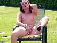 El buen aspecto de modelo de Allison desnudo para juguete de su cunny mientras está acostado en la silla de cubierta