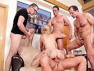 Likable blond kena titties on seksuaalselt rahuldamatu nii gangbang on täiuslik tema jaoks