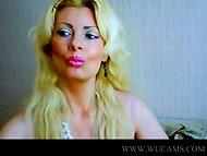Прекрасная женщина болтает сиськами, пока тискает бывалую вагинку на камеру