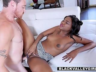 Темнокожая девчонка Yara Skye пошла на секс с директором школы, только чтобы он не разговаривал с отчимом