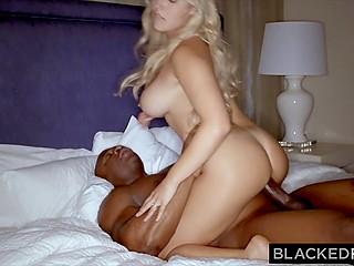 Блондинка с великолепными формами наслаждается большим чёрным членом нового приятеля