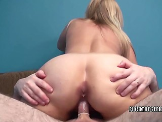 Flashes and a man with camera don't disturb mature woman from blowjob and fucking