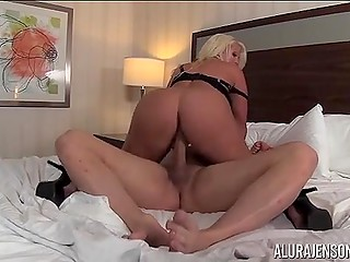 Сногсшибательная блондинка Alura Jenson любит скакать на члене лысого любовника