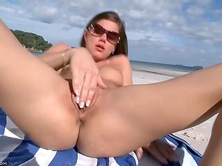 Даже будучи в отпуске на пляже, чешская нимфа Little Caprice теребит свой персик на камеру