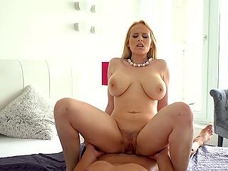 Блонда с большими титямбами Angel Wicky - одна из тех порно звёзд, чьи сцены всегда смотрятся с восторгом