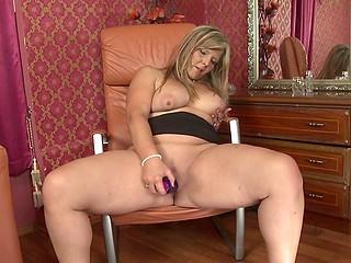 Зрелая развратница раздвигает ножки для более лучшего контакта дилдо с её вагиной