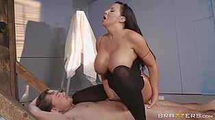 Привлекательный парень получает бесплатный анальный секс, помогая грудастой даме выбраться из ловушки