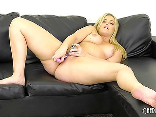 Beauty with sexy curves takes off lingerie and starts to masturbate bald cunny for webcam users