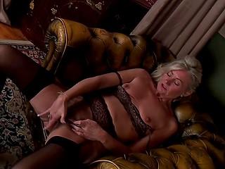 Перед тем, как пойти спать, дама обязательно уединяется, чтобы помастурбировать