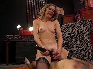 Самочка даёт послушному рабу лизать сладенькую киску и надевает страпон, чтобы трахнуть его