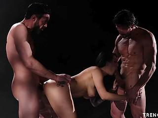 Таинственный мужик в капюшоне сидит и наблюдает, как жена спаривается с двумя ассистентами