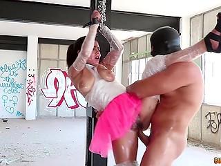 Очаровательная тёлочка в розовой юбке увлечённо занимается сексом с парнем в маске