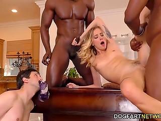 Девка настолько не уважает мужа, что лупит его по бубенцам и трахается с чёрными самцами у него на глазах