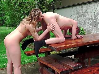 Очкарик не горит желанием трахаться с молодой милашкой, но девушка добивается своего
