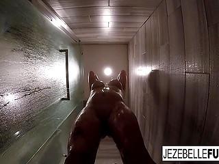 Грудастая бабёнка Jezebelle Bond даёт возможность увидеть, как она принимает душ
