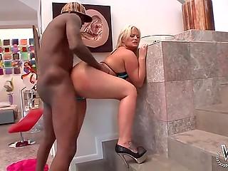 Чернокожий жеребец быстро смекает, что огромная задница блонды отлично подходит для анального пёхача