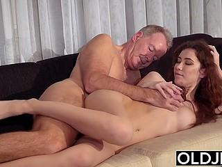 Пожилой мужчина нанимает рыжеволосую молодую сиделку и поправляет здоровье посредством секса