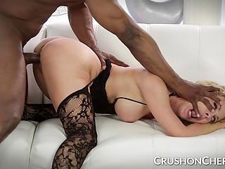 Блондинка в чулках Cherie Deville жадно насасывает чёрный пенис и наслаждается межрасовым сношением