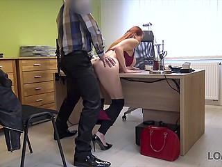 Рыжеволосая девушка-ветеринар из Чехии трахается с сотрудником банка, чтобы получить кредит