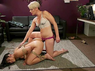 Властная блондинка доминирует над послушной подругой посредством верёвки и страпона