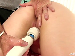 Диве нравятся прикосновения массажиста, а когда он прижимает жужжащий вибратор к её киске, то она кончает