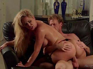 Наивная блондинка Cherie DeVille трахается с новым бойфрендом в его роскошном особняке
