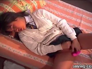 Восточный мужик встретил малышку в джемпере и засовывает вибратор в её волосатую киску