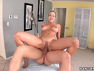 Пышногрудая порнозвезда с подстриженной писечкой веселится с фанатом на массажном столе