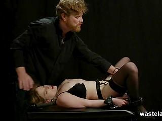 Помастурбировав пиздёнку рабы, бородатый мужик передаёт ей вибратор и она принимается делать минет