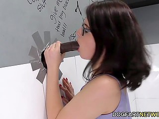 Очкастая девица мастурбирует киску и получает возможность пососать здоровый чёрный член через дырку