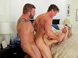 Блондинка диверсифицирует половую жизнь с мужем и приглашает бисексуального любовника