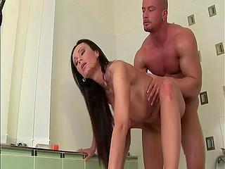 Брюнетка с потрясающими буферами видит стояк парня и трахается в ванной комнате