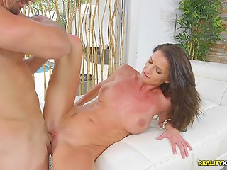 Женщина очень хочет получить яркий оргазм и с этой целью наведывается к соседу с большой елдой