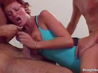 Парни натянули девицу в синем купальнике, просунув ей в рот и попку свои инструменты
