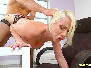 Вызывающая начальница сосёт большую балду сотрудника и он тыкает ей в пиздёнку бабы сзади