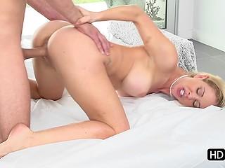 Грудастая блондинка Cherie Deville дарит любимому оральное удовольствие и он проникает в неё сзади