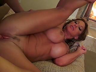 Любимый доставляет женщине с огромной грудью удовольствие, трахая её возле пылающего камина
