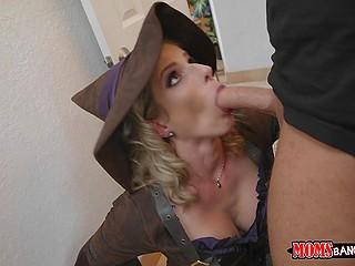 Женщина в костюме ведьмы Cory Chase не удерживается и сосёт член парня в красной маске
