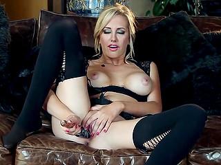 Горячая блондинка в чёрном белье умелыми пальчиками мигом доводит себя до оргазма