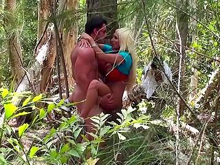 Беловолосая потаскушка трахается с накачанным жеребцом в лесу, не зная, что их снимают