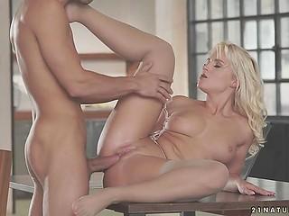 Блондинистая конфетка надевает красивое нижнее бельё и мужчина в ту же минуту готов заняться с ней сексом