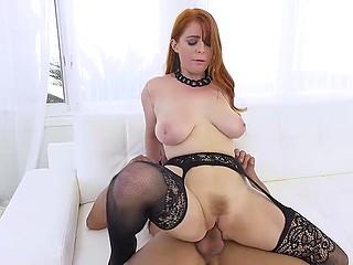Сексуальное бельё и чулки помогают рыжеволосой красотке добиться цели и соблазнить рабочего