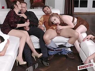 Мужики занимают свободный диван и трахают молоденьких падчериц рядом с их спящими подругами