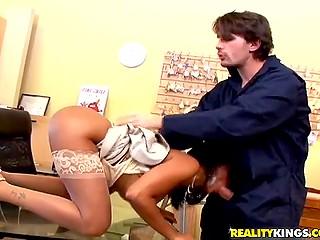 Возбуждённая загорелая брюнетка собирается удовлетворить сексуальный голод посредством члена электрика