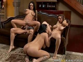 Брюнетка охотно делится твёрдым членом бойфренда со своими грудастыми подружками